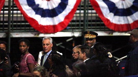 Thị trưởng Chicago Rahm Emanuel và cảnh sát trưởng Chicago Eddie Johnson tới trung tâm hội nghị McCormick Place.