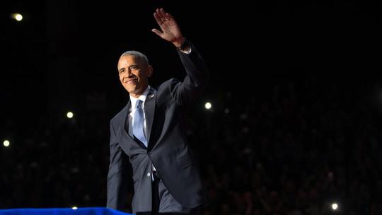 Tổng thống Obama lên sân khấu, giơ tay chào khán giả.