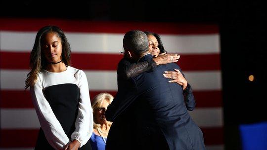 Ông Obama ôm chặt phu nhân Michelle sau khi kết thúc bài phát biểu.