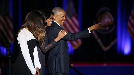 Gia đình ông Obama trên sân khấu, ngoại trừ cô con gái Sasha vắng mặt.