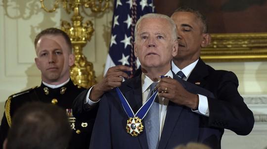 Tổng thống Obama trao Huân chương Tự do cho ông Biden. Ảnh: AP