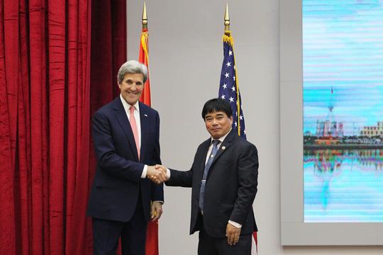 Ngoại trưởng Mỹ John Kerry bắt tay thân mật cùng PGS.TS Đỗ Văn Dũng – Hiệu trưởng Trường Đại học Sư phạm Kỹ thuật TP HCM