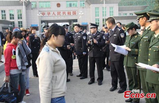 Những phụ nữ Việt Nam trong một vụ bắt cóc được cảnh sát Trung Quốc giải cứu và trở về nhà hôm 22-1-2015. Ảnh: CHINA DAILY