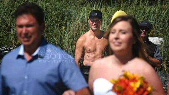 Thủ tướng Trudeau gây bất ngờ khi cởi trần trên bãi biển British Columbia hồi tháng 8-2016. Ông cố hết sức để không ảnh hưởng tới một lễ cưới khi đó. Ảnh: MARNIE RECKER PHOTOGRAPHY