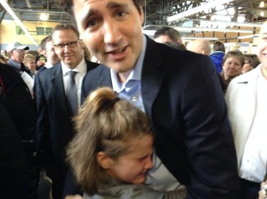 Nhà lãnh đạo Canada còn gây được thiện cảm với trẻ em. Trong ảnh, cô bé Hanna Aris, 10 tuổi, bật khóc khi được gặp ông Trudeau tại tỉnh Nova Scotia vào tháng 2-2016. Ảnh: KINJA