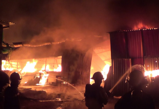Lửa cháy ngùn ngụt tại xưởng mộc