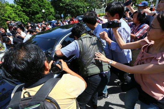 Phóng viên vây xung quanh chiếc xe của Bộ Ngoại giao Triều Tiên tại Putrajaya - Malaysia để đặt câu hỏi hôm 20-2. Ảnh: REUTERS