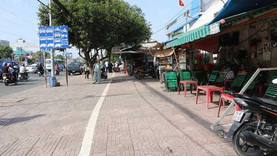 Đường Kinh Dương Vương, đoạn trước cổng Bến xe Miền Tây (quận Bình Tân) đã được kẻ vạch sơn. Theo đó, bên trong sẽ cho phép người dân đậu tạm xe máy.