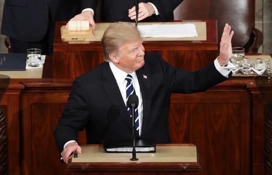 Ông Trump đứng trên bục phát biểu tối 28-2. Ảnh: CNN