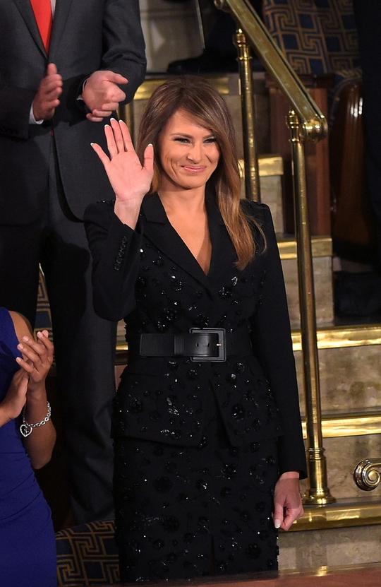 Bà Melania Trump mặc bộ trang phục của nhà thiết kế danh tiếng Michael Kors trị giá 9.600 USD. Ảnh: CNN