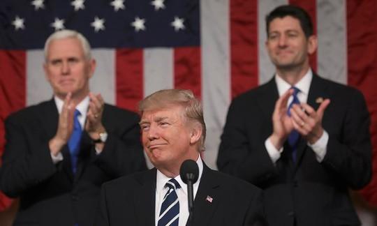 Ông Trump phát biểu tại quốc hội, đằng sau là Phó Tổng thống Mike Pence (trái) và Chủ tịch Hạ viện Paul Ryan. Ảnh: REUTERS