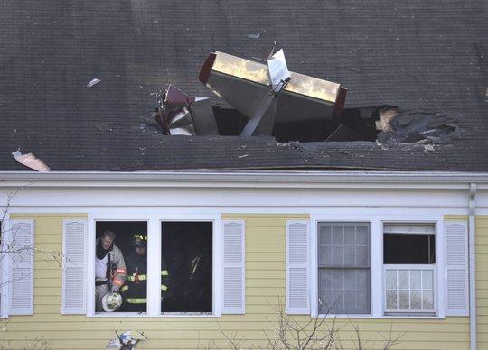 Chiếc máy bay xuyên thủng mái nhà. Ảnh: AP