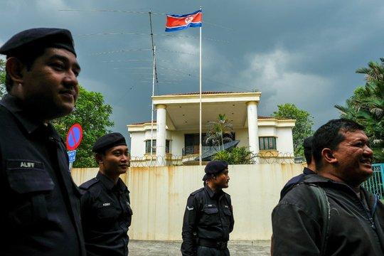 Cảnh sát đứng xung quanh đại sứ quán Triều Tiên tại Kuala Lumpur. Ảnh: REUTERS