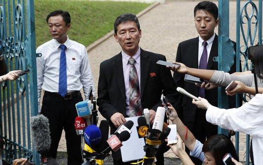 Cựu Đại sứ Ri Tong Il phát biểu bên ngoài đại sứ quán Malaysia tại Kuala Lumpur hôm 2-3. Ảnh: AP
