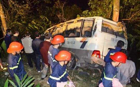 Chiếc xe khách lao xuống vực sâu khiến 1 người tử vong, 22 người bị thương - Ảnh: Otofun