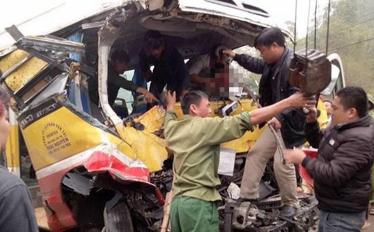 Chiếc xe buýt bị biến dạng sau vụ tai nạn - Ảnh: Otofun