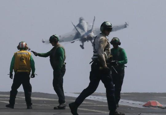 Mỹ cho quan chức Philippines lên tàu sân bay tuần tra biển Đông. Ảnh: AP