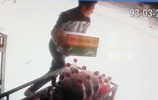 Hình ảnh thanh niên xông vào quán nhà chị Phan Thị Tâm cướp bia được camera của gia đình ghi lại
