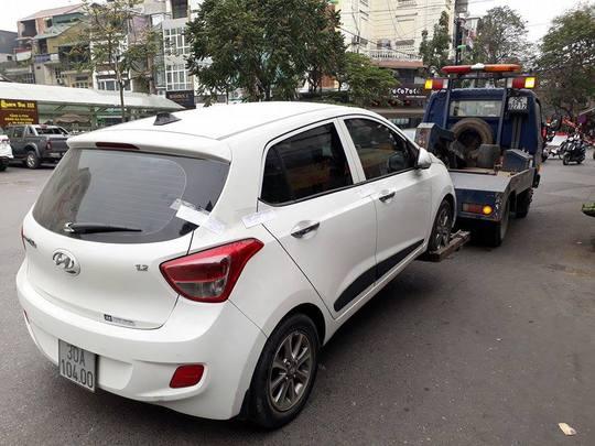 Một trường hợp đỗ xe sai quy định tại quận Hoàn Kiếm bị lực lượng chức năng xử lý