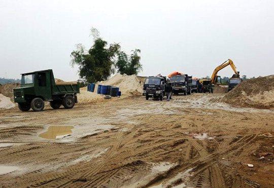 Một bãi tập kết cát trái phép dọc sông Chu trên địa bàn huyện Thọ Xuân