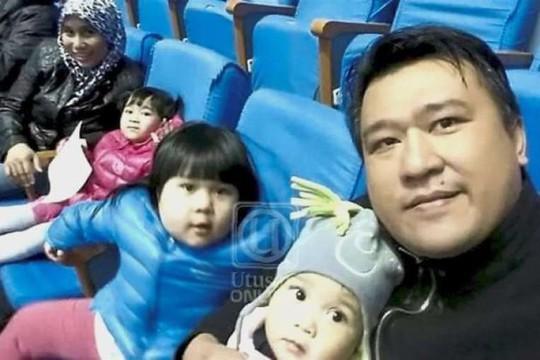 Ông Ông Mohd Nor Azrin chụp hình cùng vợ con tại Bình Nhưỡng. Ảnh: THE STAR