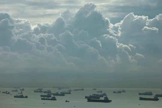 Tàu thuyền di chuyển ngoài khơi bờ biển phía Nam Singapore, khu vực cướp biển hay ghé thăm. Ảnh: REUTERS