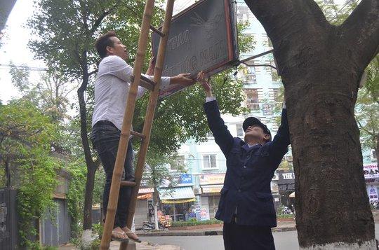 Trong khi đó, tại phường Định Công (quận Hoàng Mai) lực lượng chức năng mới chủ yếu tuyên truyền nhắc nhở