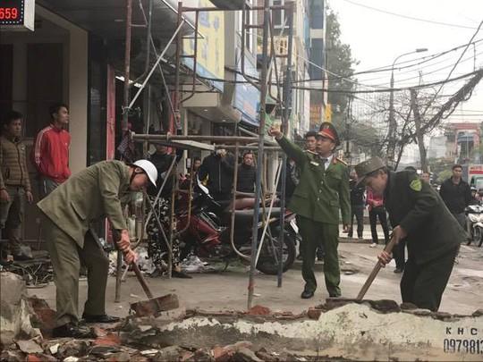 Lực lượng Công an phường cưỡng chế vi phạm tại đường Trường Chinh