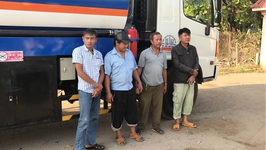 Các đối tượng bị bắt quả tang khi đang rút ruột xăng, dầu ở quận 2
