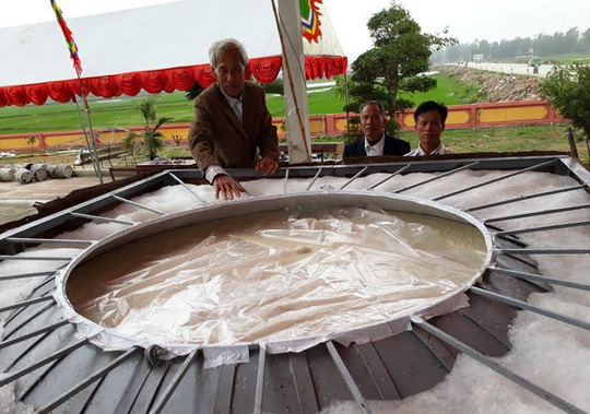 Để hoàn thành chiếc bánh dày, người dân phải mất hơn 2 ngày vừa nấu cơm nếp vừa giã nhuyễn để đổ vào khuôn làm bánh