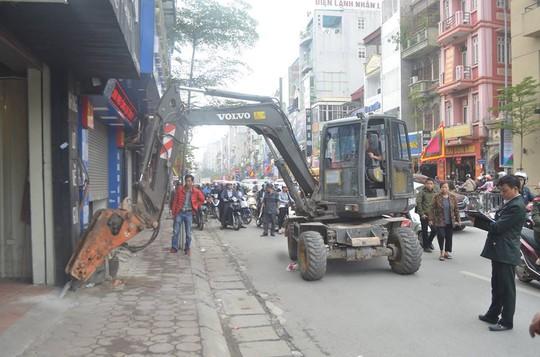 Máy bắn bê-tông cỡ lớn được lực lượng liên ngành sử dụng đòi lại vỉa hè cho người đi bộ