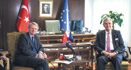 Đại sứ Cornelis Van Rij (trái) và Bộ trưởng các vấn đề EU của Thổ Nhĩ Kỳ Bozkır. Ảnh: DAILY SABAH