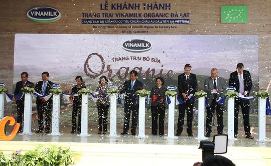 Cắt bang khánh thành trang trại bò sữa Organic đạt chuẩn châu Âu đầu tiên tại Việt Nam ở Đà Lạt.