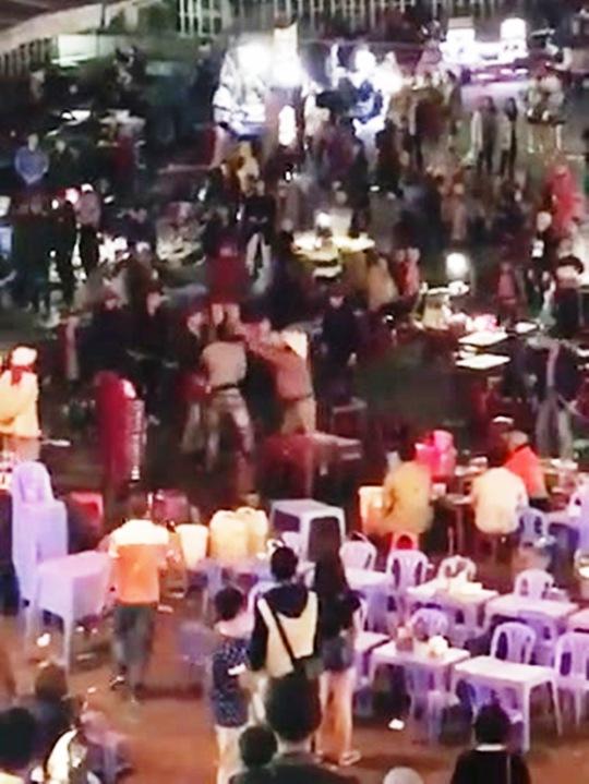 Cảnh đánh nhau loạn xạ khiến khu vực chợ đêm Đà Lạt trở nên hỗn loạn - (Ảnh cắt từ video clip).