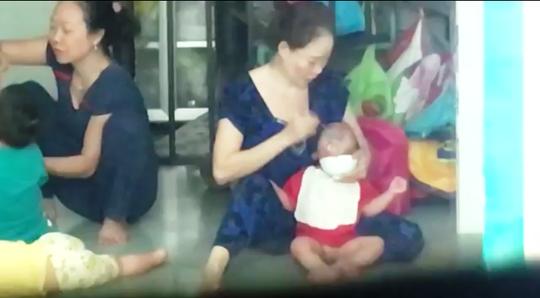 Hình ảnh 2 bảo mẫu bạo hành trẻ em trong clip