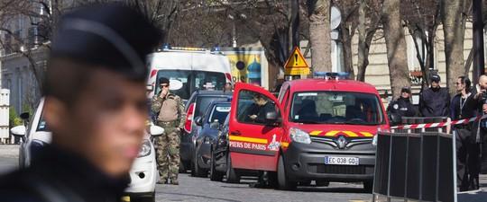 """Cảnh sát Pháp được huy động sau khi bom thư"""" phát nổ tại văn phòng IMF hôm 16-3. Ảnh: AP"""