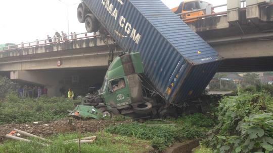Chiếc xe container lao từ trên cầu Thanh Trì xuống đất