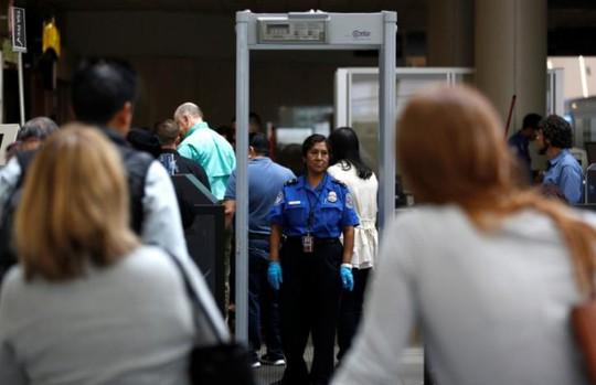 Du khách xếp hàng tại chốt kiểm tra của TSA ở sân bay quốc tế Los Angeles (Mỹ) ngày 31-5-2016. Ảnh: REUTERS