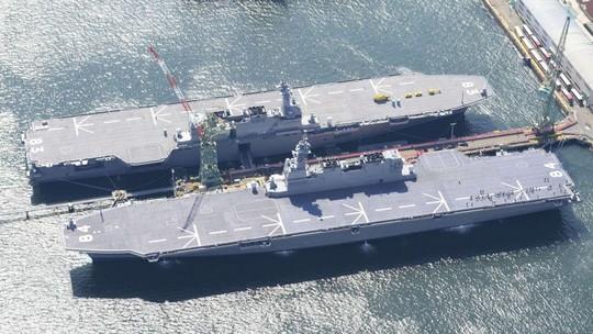 Tàu Kaga (phía trước) neo đậu tại Yokohama cùng với tàu Izumo. Ảnh: KYODO NEWS