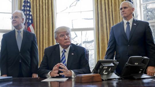 Ông Trump ngồi tại phòng Bầu dục trước khi nói chuyện với truyền thông về Trumpcare hôm 24-3. Ảnh: AP