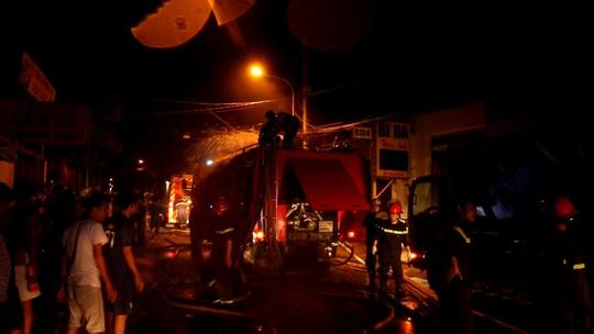 Lực lượng chức năng đang tiến hành khống chế đám cháy.