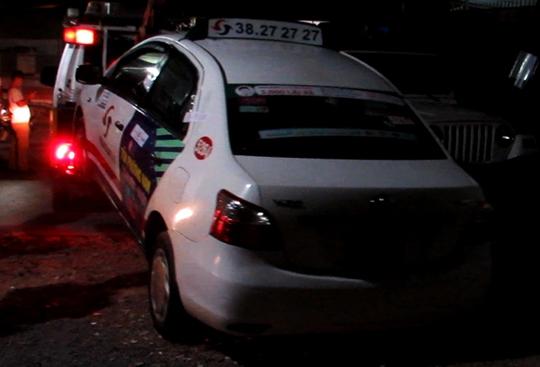 Chiếc taxi có người đàn ông tử vong bi ẩn.
