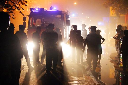 Khoảng 19 giờ 30, một đám cháy lớn trên đường Thạnh Lộc 15 (phường Thạnh Lộc, quận 12) đã thiêu rụi nhiều ngôi nhà, phòng trọ của người dân.