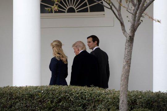 Ông Trump, con gái Ivanka Trump và con rể Jared Kushner tại Phòng Bầu dục hôm 17-3. Ảnh: THE NEW YORK TIMES