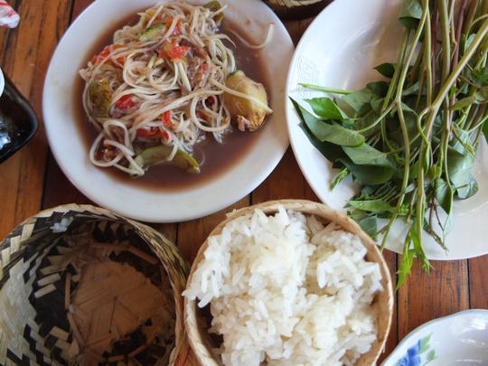 Cơm nếp, gỏi đu đủ và rau muống tím ở Lào