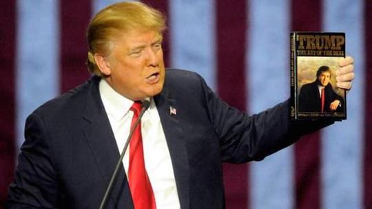 """Ông Trump và cuốn sách """"Nghệ thuật đàm phán"""". Ảnh: AP"""