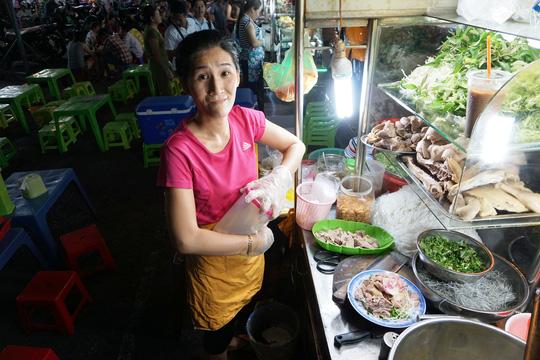 Chị Trần Thị Cẩm Tú – tiểu thương chuyển vào kinh doanh ăn uống ở phía trước chợ Phạm Văn Hai được gần 1 năm, chia sẻ cuộc sống gia đình chị đã được cải thiện, đỡ bấp bênh hơn hẳn so với lúc buôn bán trên vỉa hè