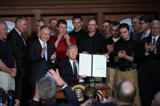 """Ông Trump ký ban hành sắc lệnh hành pháp """"Độc lập năng lượng"""" tại trụ sở Cơ quan Bảo vệ Môi trường (EPA) hôm 28-3. Ảnh: REUTERS"""