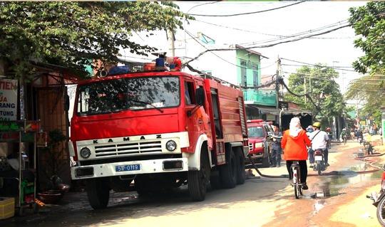Lực lượng PCCC đang xử lý hiện trường tránh đám cháy bùng phát vào sáng 29-3.