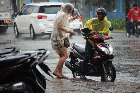 Mưa bất chợt khiến nhiều người đi đường phải ghé vào tìm chỗ trú mưa.